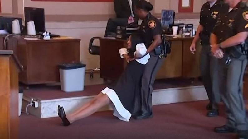 法官被法警拖离法庭...这个案件不一般!