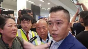 """遭激进示威者袭击 返港市民怒斥""""香港之耻""""!"""