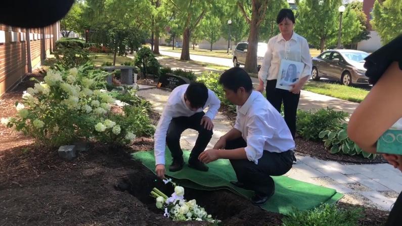 【现场实录】章莹颖衣冠冢埋入UIUC纪念花园