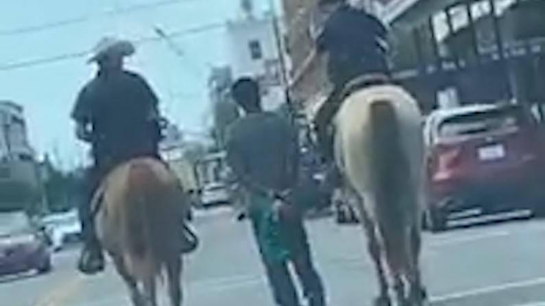 """""""像奴隶一样"""" 德州骑警绳牵非裔嫌犯惹争议"""
