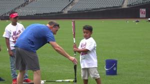 纽约大都会球队花式训练 上百儿童齐运动