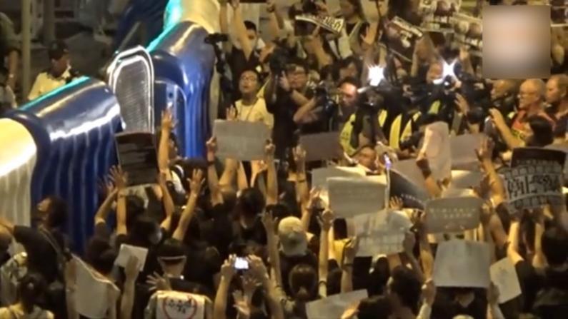 数百抗议者包围香港警总 抗议警方执法暴力