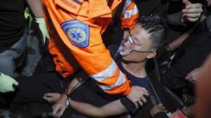 香港机场第二日瘫痪 男子遭示威者殴打晕厥