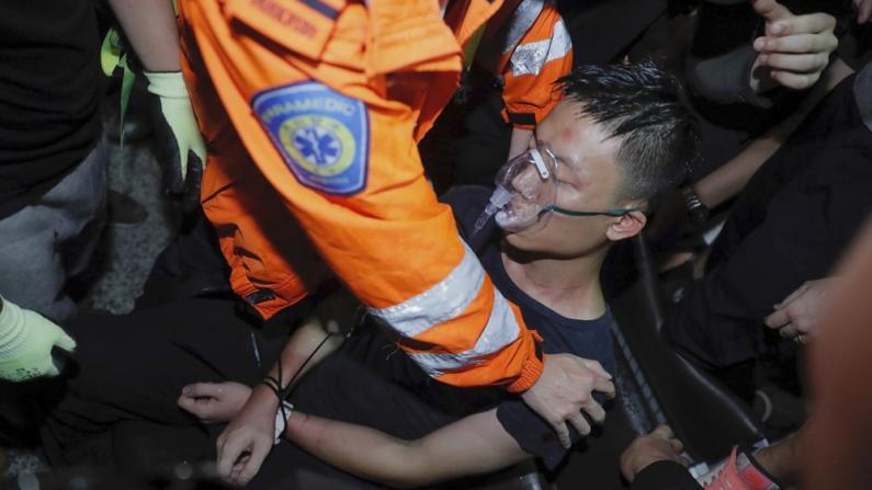 香港机场示威者与警方爆严重冲突