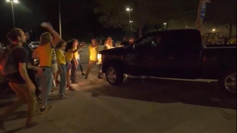 抗议ICE抓捕失控 被狱警卡车撞断腿