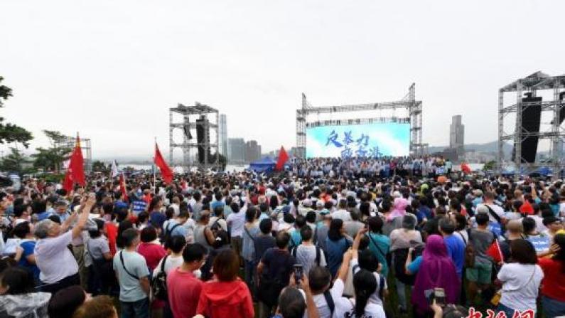 """""""乱够了!"""" 香港各界冒雨参加""""反暴力,救香港""""大集会"""