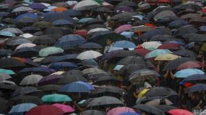 香港激进示威者集会后围堵、激光笔扫射上海游客