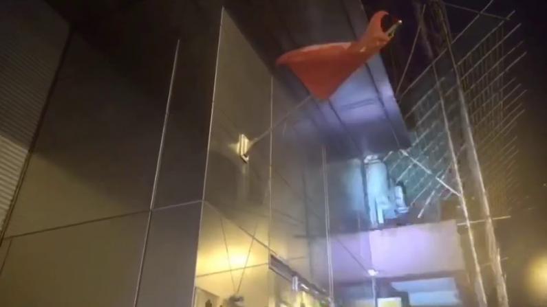 """香港再现侮辱五星红旗事件!示威暴徒上环""""拔旗"""""""
