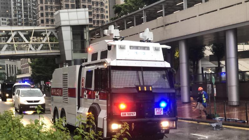 香港荃湾集会游行变骚乱 警方首次出动水炮车