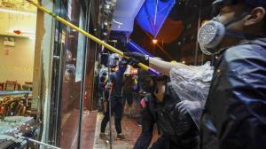 香港激进示威者打砸店铺 路过之处 一片狼藉