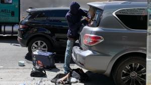 旧金山华埠光天化日砸车偷窃 民众:公共摄像头何时装好?