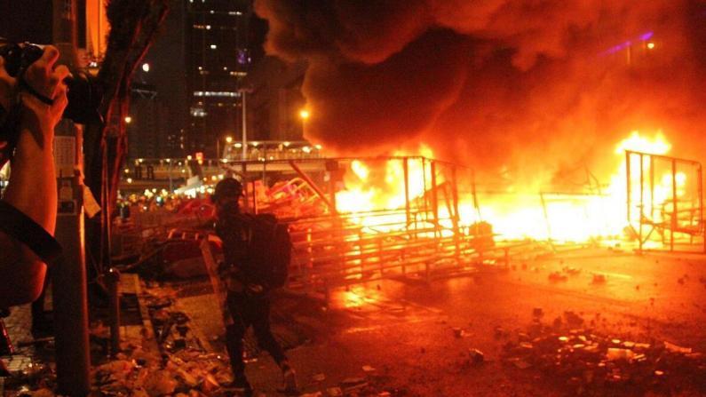香港暴徒当街纵火 警总附近陷火海