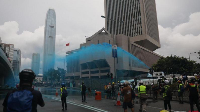 """香港警方水炮车首次发射""""颜色水""""驱散暴徒"""