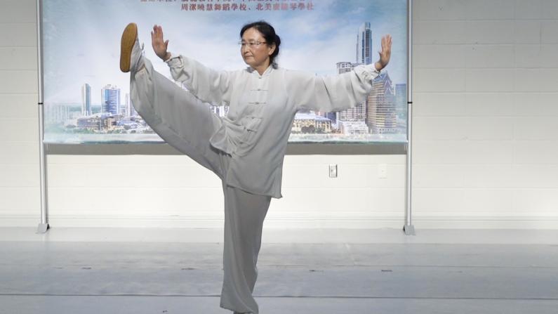 华人大妈打太极身手矫健