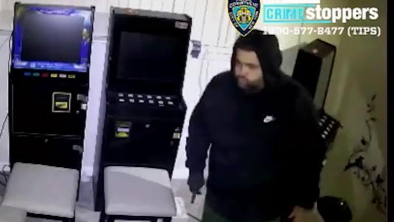 纽约法拉盛4男持枪劫民宅 搬地下赌档7台老虎机