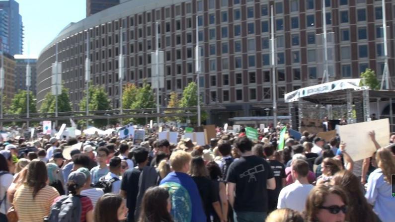 波士顿数千学生罢课 施压政府抗议气候变化