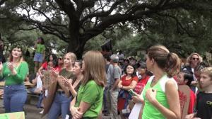 """""""让下一代看见绿色地球"""" 近千名民众集结休斯敦市府抗议"""