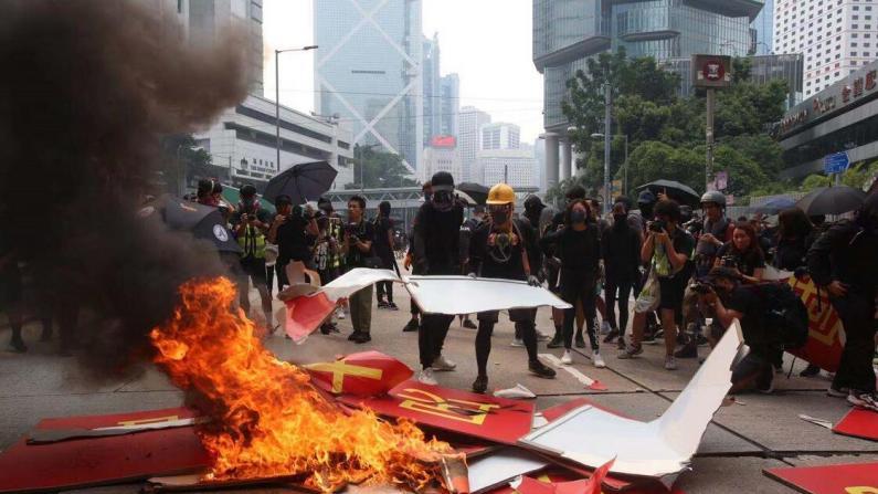 香港暴徒港岛非法集结打砸烧 国庆标语被拆遭焚毁