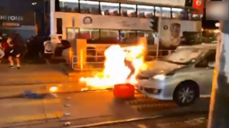 暴徒香港多地闹事 媒体称港警元朗实弹击伤示威者