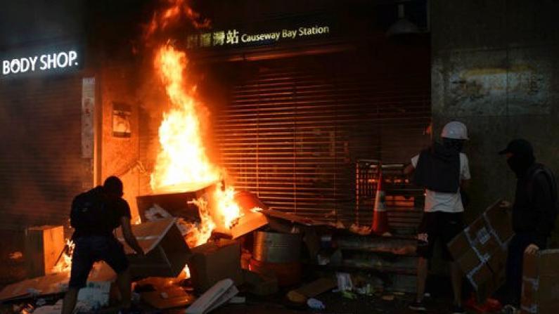 10月4日香港黑夜 暴徒四处打砸抢烧