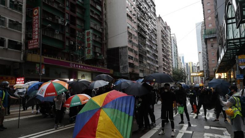 """香港市民诉苦:被黑衣人""""统治""""不敢上街"""