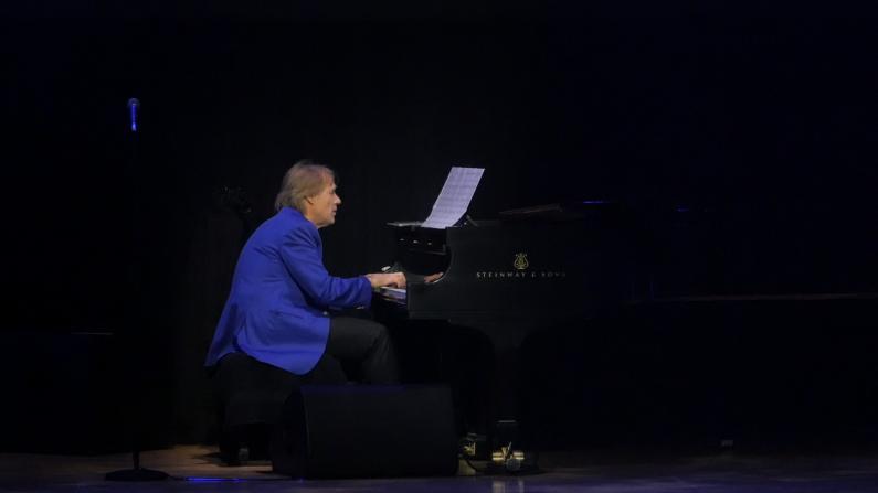 克莱德曼浪漫辉煌40年纽约巡演 倾情演绎《爱如潮水》