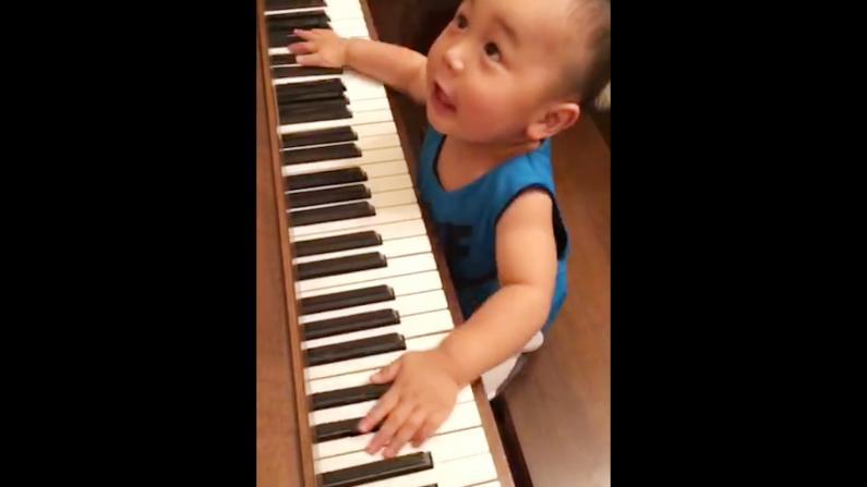 未来小小钢琴家 萌娃即兴弹钢琴