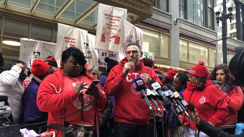 """芝加哥公校老师大罢工 """"我的工资只有5万多"""""""