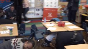"""""""地震来了!"""" 旧金山市长和小孩子们躲到桌底下"""