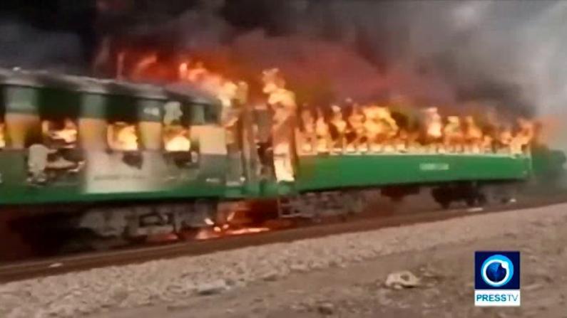 巴基斯坦列车煤气罐爆炸 黑烟冲天车厢被烧成空壳