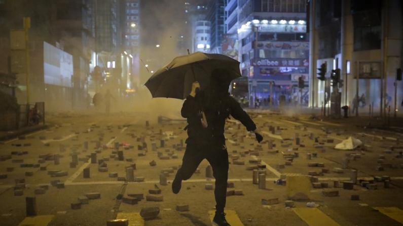 多区11日大骚乱 黑衣暴徒瘫痪香港