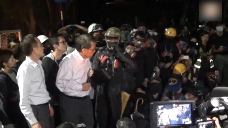 香港中大校内警员示威者对峙 校长段崇智出面调停