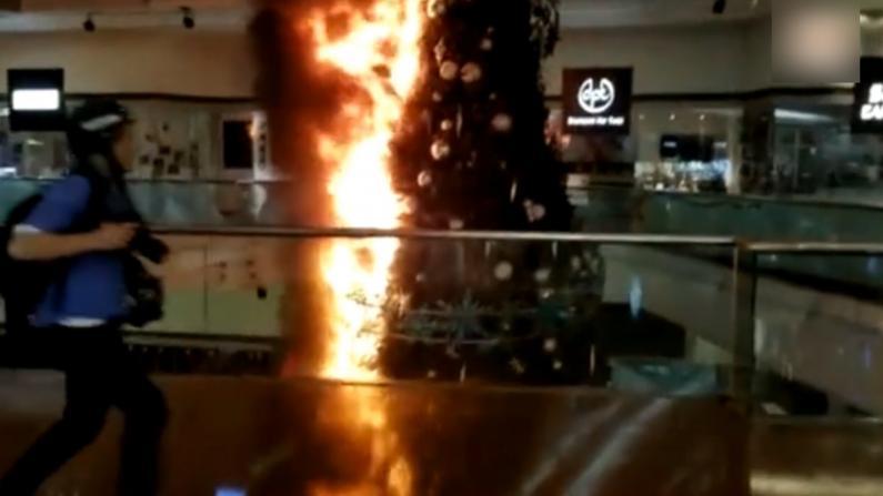 锤砸玻璃火烧装饰 香港示威者破坏九龙塘商场