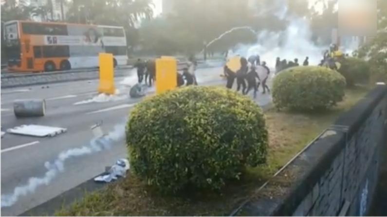 香港示威者堵路 筑伞阵对抗警催泪弹