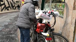 寒冬已至 守护美食的外卖骑手是最可爱的人