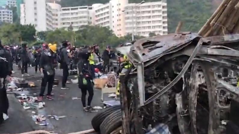 暴徒再烧九龙塘商场 香港理工校内高空掷物
