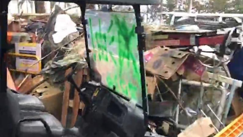 车辆残骸堵路设施遭焚毁 香港中大校园弥漫恐怖气氛