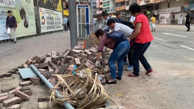 润物无声! 香港民众组织自发清理道路