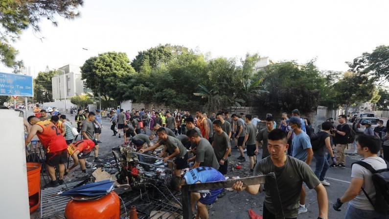 自发行动 解放军驻港部队协助市民清理路障