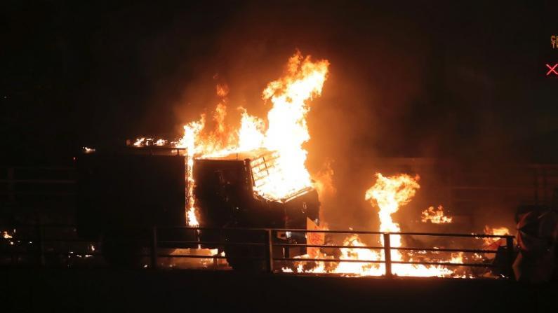 俨如战场!香港暴徒向警装甲车掷燃烧弹