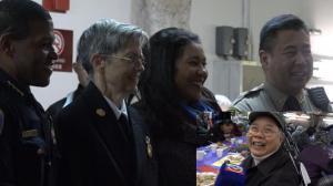 旧金山警员为华埠老人送感恩节大餐 市长警察局长粤语送祝福