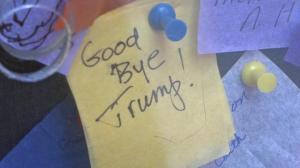 """""""川普 再见吧""""一条来自时报广场许愿墙的新年愿望"""