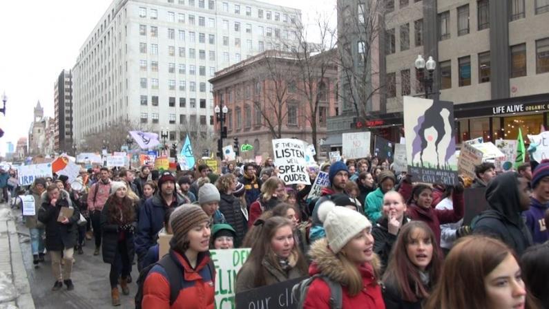"""反气候变化! 上千波士顿学生罢课游行力挺""""绿色新政"""""""