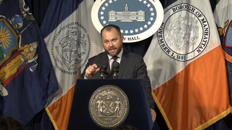 """教育者称亚裔为""""黄种人"""" 纽约市议长:这人应该请辞"""