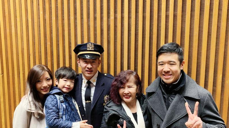 华裔高阶警官升职曾做卧底 母亲:看新闻才知他做了大事
