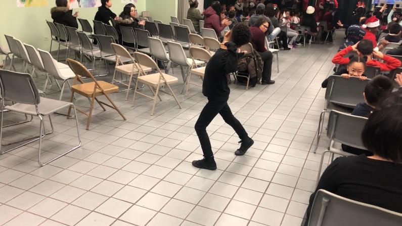 芝加哥兴氏小学冬季艺术节 学生大跳即兴街舞