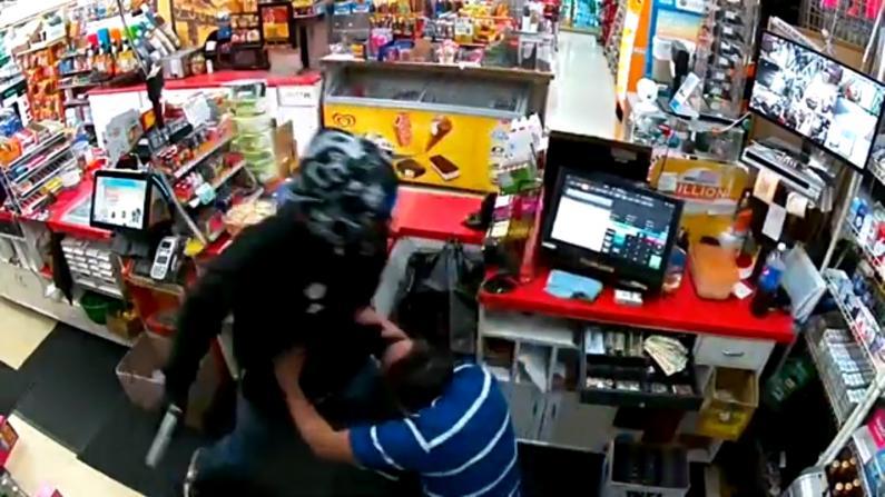【实录】东湾杂货店遭持枪抢劫 店员头破血流开枪反击