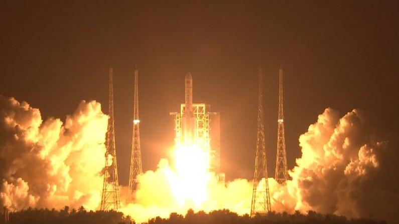 中国长征五号遥三运载火箭成功发射升空