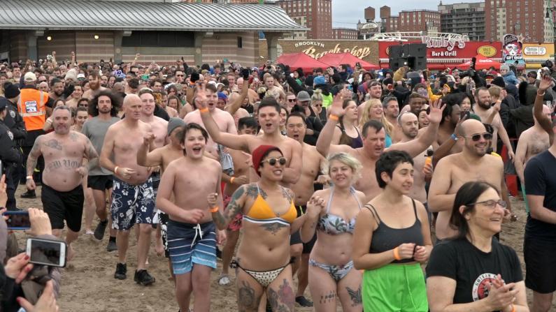 4000纽约民众脱光光康尼岛冬泳迎新年
