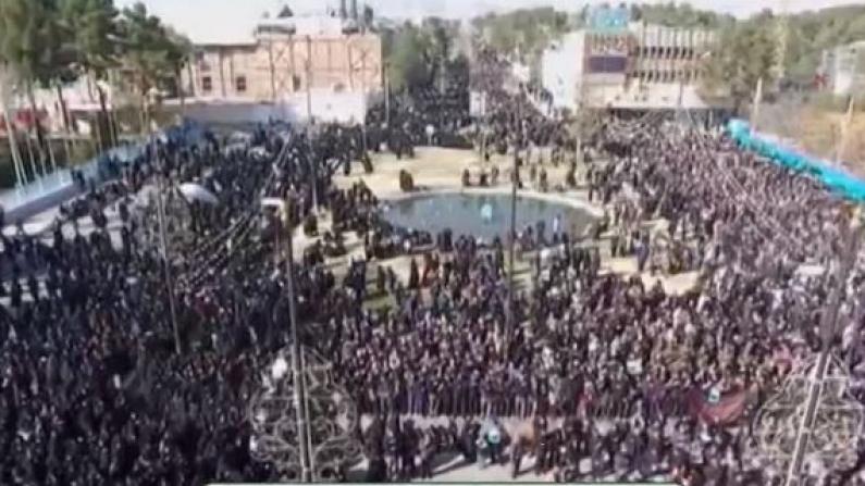 抗议空袭行动 伊朗数万人走上首都德黑兰街头